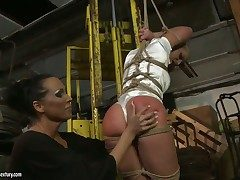 Mandy Bright parts her legs to loathing
